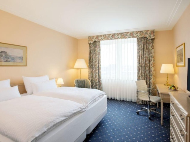 Clique na foto e faça sua reserva no Hotel NH Viena Airport!